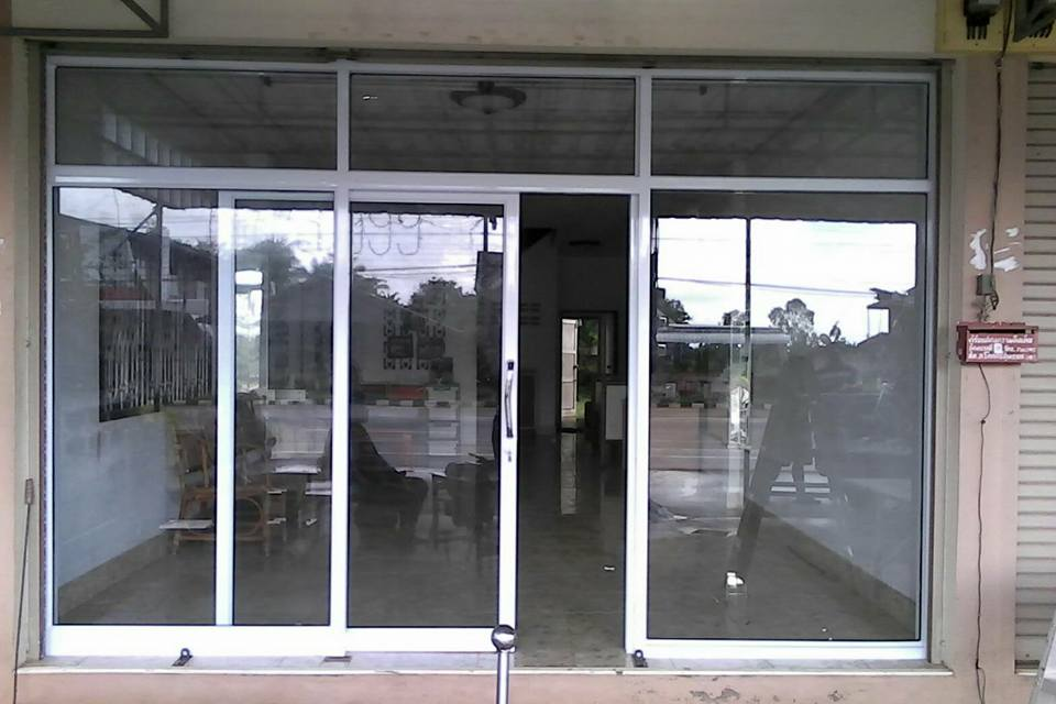 ช่างรับติดตั้งงานกระจก โทร : 099-7800460 ประตู หน้าต่าง บานเลื่อน บานสวิง  กระจกอลูมิเนียม - เอสพีกรุ๊บ : Inspired by LnwShop.com